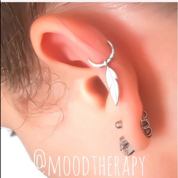 Moodtherapy Jewelry - 925 Sterling Silver Feather Charm Cartilage Hoop